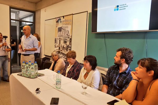 Momento en que el director Prof. Javier Alfaro abre el acto y da la bienvenida